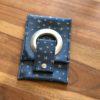 Etui chargeur téléphone bleu e´toiles argentées